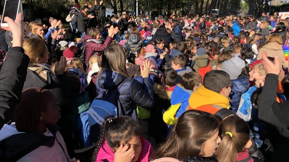Scuole bambini folla-2