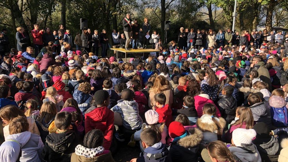 Scuola veduta folla-2