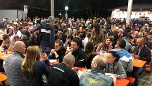 Guzzi tavolata folla-2