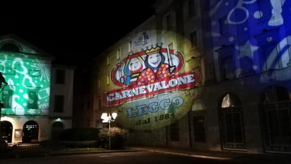 Carnevalone lecchese al via: si accendono le proiezioni sui muri di piazza Garibaldi