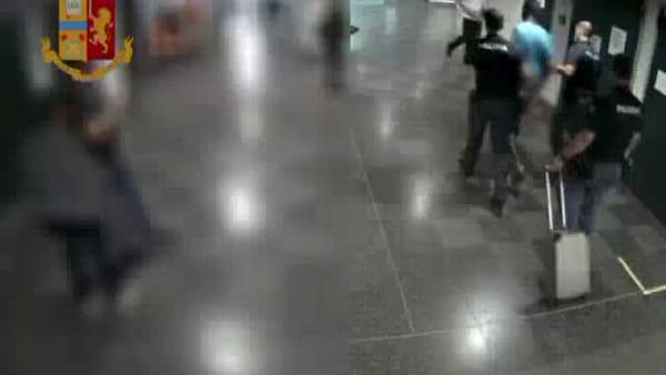 Quattro agenti per fermare la follia: l'arresto del giovane che ha commesso le aggressioni in stazione