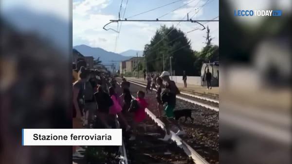 Bravata in stazione a Mandello: in decine scavalcano i binari, il video diventa virale