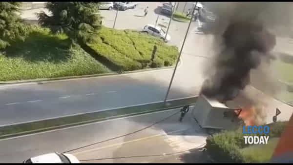"Video | Furgone in fiamme alle ""Meridiane"": intervengono i pompieri"