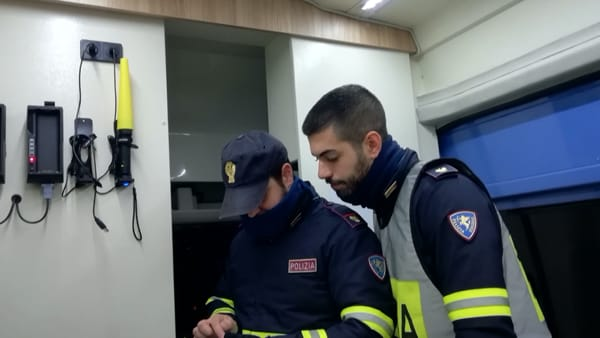 Operatori durante la consultazione di un tablet, all'interno dell'ufficio mobile Jumper-2
