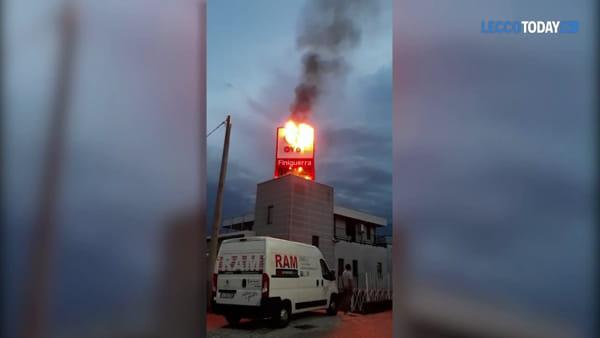 Civate: in fiamme l'insegna della concessionaria a marchio Toyota