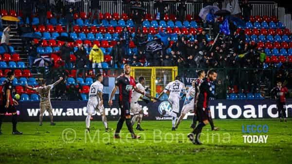 """Calcio Lecco, sotto il diluvio di Gozzano arriva una vittoria pesante: Merli Sala e Fall sbancano il """"D'Albertas"""""""