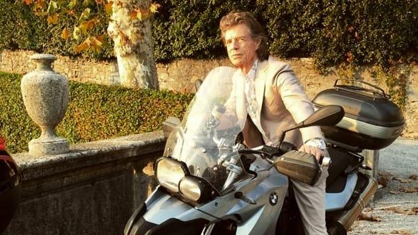 Mick Jagger e il lago: il film della rockstar è pronto al debutto, pubblicato il primo trailer ufficiale