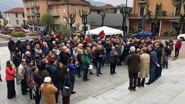 Gente in piazza Calolzio protesta-2