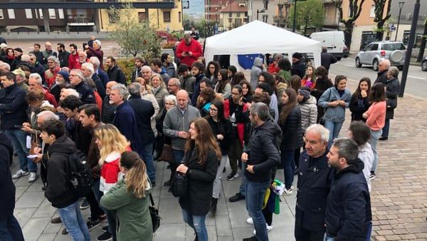 Scorcio gente piazza Calolzio-2