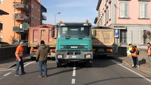 Tre camion ponte Gallavesa-2