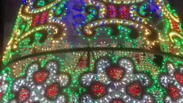 A Lecco brilla il nuovo albero di Natale: aperta anche la pista di pattinaggio XXL