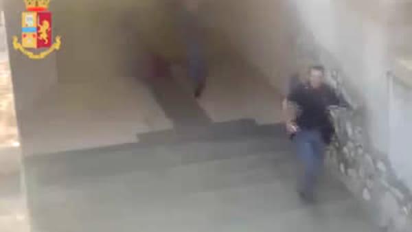 Scende dalle scale, spinge una giovane e poi picchia un'altra donna: la follia in stazione a Lecco
